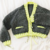 Chuncky knits are a great way to start the week 🤩 And Mascotte will be my spring jacket 💛  This jacket adapts to your style. I'm customizing it right now, I'll show you the result soon✨  Wish you a nice Monday 😘  Pattern : #MascotteJacket available in english and french at knit-on.fr, link in bio ✨  ---   Les tricots en grosse laine sont fait pour bien commencer la semaine !  Et ma #MascotteJacket sera ma veste du printemps 🤩   Ce modèle est fait pour s'adapter à votre style et vos envies. Je suis en train de la customiser, je vous montre ça très vite ✨  Bon début de semaine 💛  ---  #knittingpattern #thewool #knittinginspiration #getyourkniton #wooliscool #tricotaddict #knittingaddict #patrondetricot #kniton #knit0n #shareyourknits #knittingismyyoga #knittingsweater #weareknitterswool #woolandthegang #weareknitters #chunkysweater #chunkyknits #chunkycardi #knittingcardigan #chunkywool #knittedcardigan #knittersgonnaknit #makersgonnamake #nevernotknitting #jeportecequejetricote #knittingthings